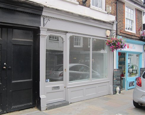 Retail unit let in popular boutique location